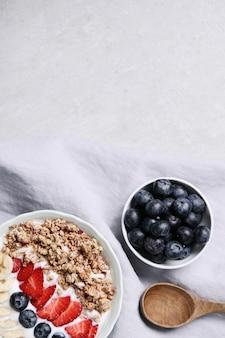 Petit-déjeuner sain avec des céréales et des fruits