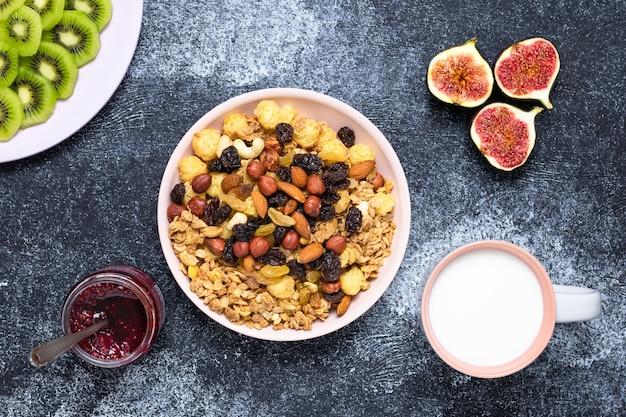 Petit-déjeuner sain avec céréales, lait et fruits
