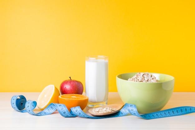 Un petit-déjeuner sain composé de lait d'avoine et de fruits pour perdre du poids