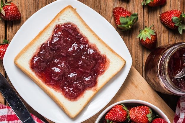 Petit-déjeuner sain avec de la confiture de fraises