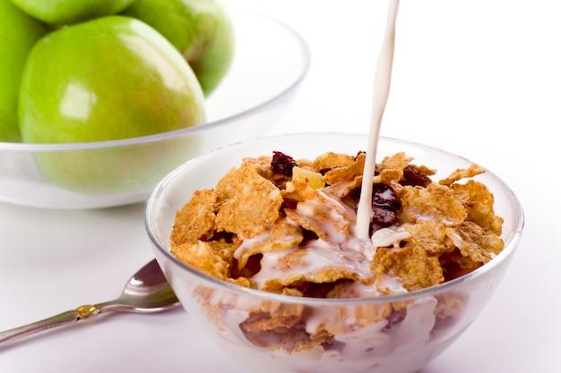 Petit-déjeuner sain: corn flakes au lait et pommes vertes