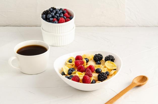 Petit-déjeuner sain avec cornflakes et fruits