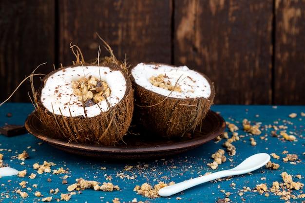 Petit-déjeuner sain dans un bol de noix de coco.