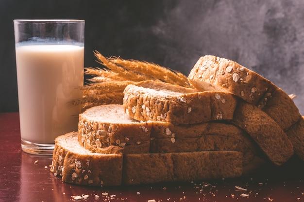 Petit déjeuner sain avec du pain de blé entier et du lait sur la table.