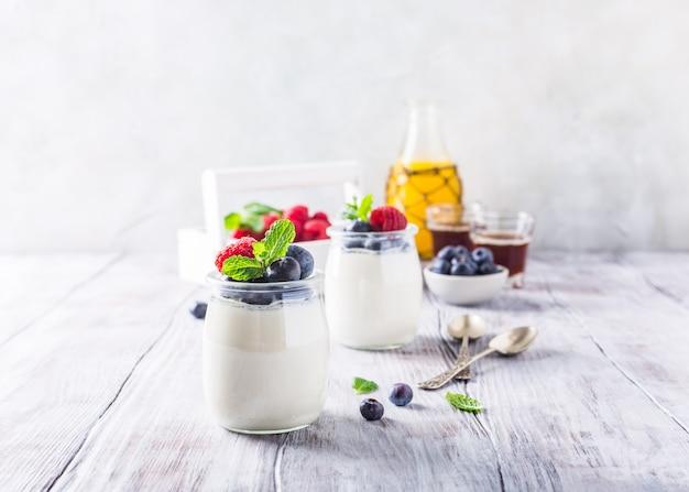 Petit-déjeuner sain avec du yaourt naturel et des baies