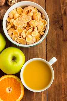 Petit-déjeuner sain fait maison avec du muesli, des pommes, des fruits frais et des noix