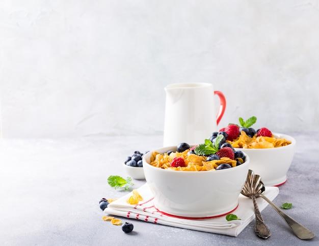 Petit-déjeuner sain avec des flocons de maïs et des baies