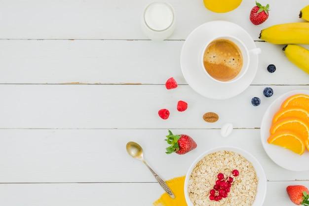 Petit-déjeuner sain avec des fruits