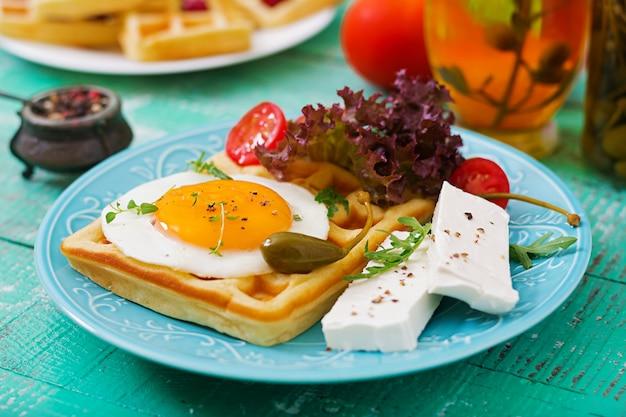 Petit-déjeuner sain - gaufres, œufs, fromage feta, tomates et laitue