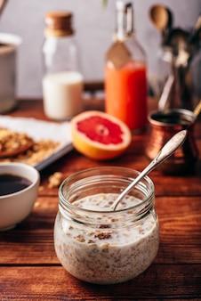 Petit-déjeuner sain avec granola maison, café turc, fruits et jus de fruits fraîchement pressés