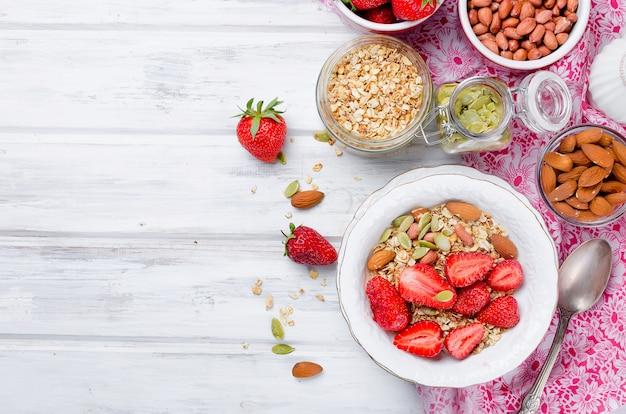 Petit-déjeuner sain granola maison avec fraises fraîches