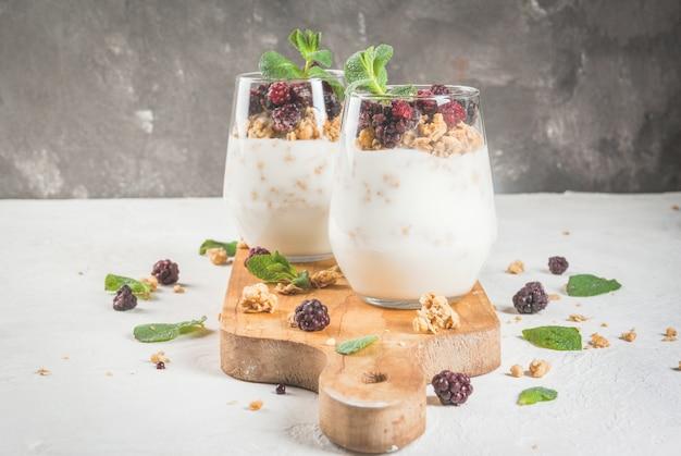 Petit-déjeuner sain avec granola et petits fruits