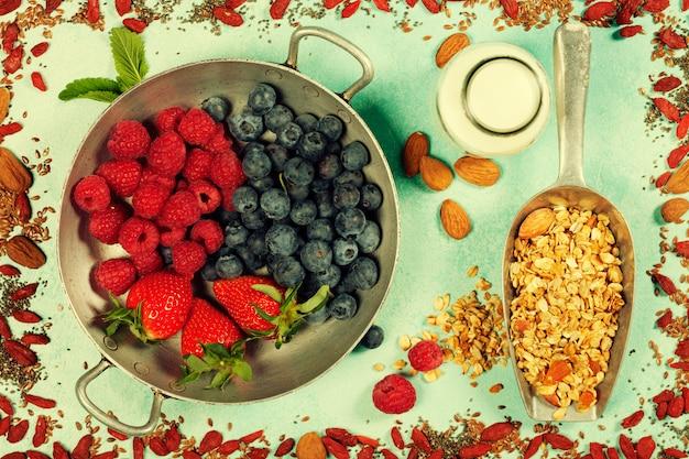 Petit-déjeuner sain avec granola, superaliments, lait d'amande et