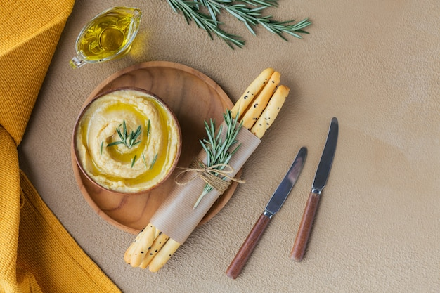Petit-déjeuner sain avec houmous maison, romarin et pain croustillant. régime alimentaire et collation saine.