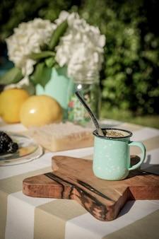 Petit-déjeuner sain avec infusion de compagnon argentin au jardin