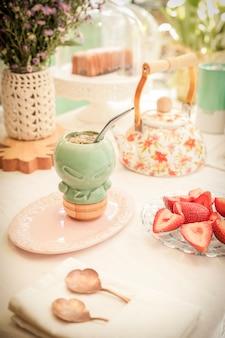 Petit-déjeuner sain, infusion de maté argentin et fraises