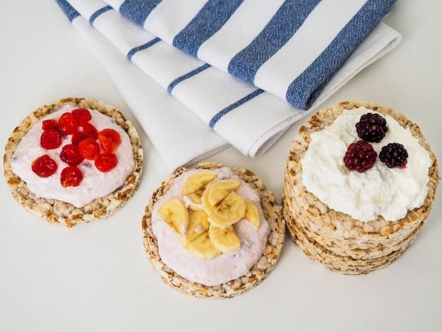 Petit-déjeuner sain et nutritif composé de pain croustillant et de fruits.