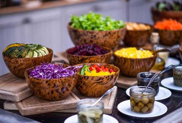 Petit déjeuner sain avec salade de vitamines fraîches