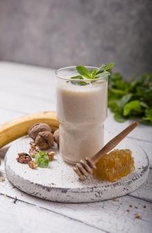 Petit-déjeuner sain. smoothie banane noix au collagène, lait de coco en pot de verre