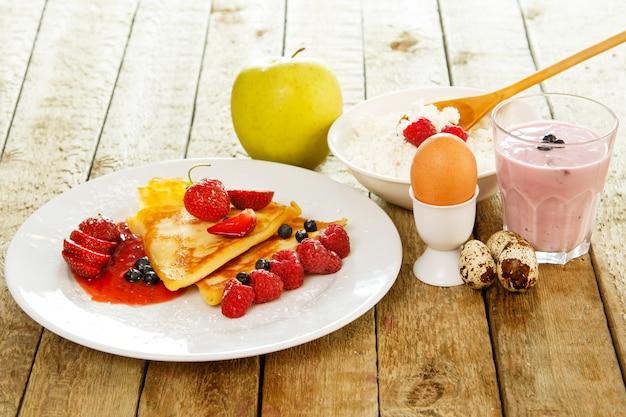 Petit-déjeuner sain sur table en bois