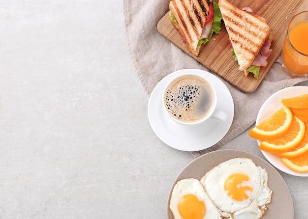 Petit-déjeuner sain sur la table