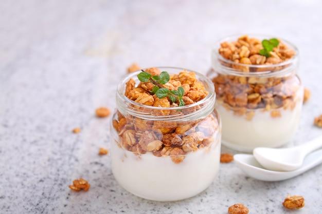 Petit-déjeuner sain: yaourt au muesli dans des bocaux