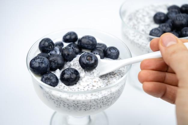 Petit-déjeuner sain avec yaourt, graines de chia et myrtille. nourriture végétalienne