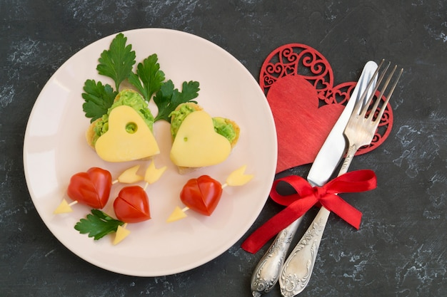 Petit déjeuner de la saint-valentin, pain grillé à l'avocat et au fromage