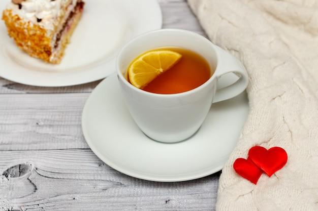 Petit-déjeuner de la saint-valentin avec thé au citron et gâteau aux biscuits.