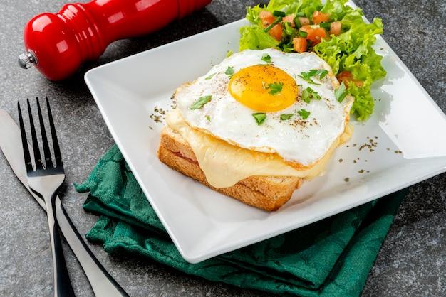 Petit-déjeuner. sandwich chaud. croque madame sandwich. cuisine traditionnelle française. espace de copie.