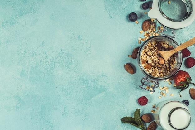 Petit-déjeuner santé avec granola, lait d'amande et baies