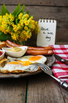 Petit déjeuner avec saucisses et œufs