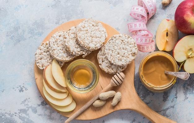 Petit déjeuner savoureux avec pain croustillant, beurre d'arachide, baies. espace de copie plat. concept de régime