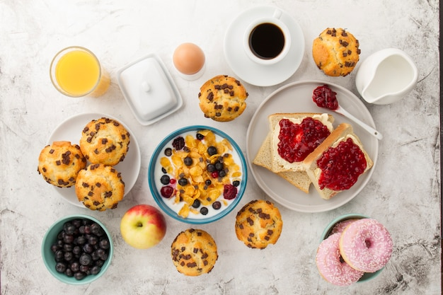 Petit-déjeuner savoureux pour le bonjour