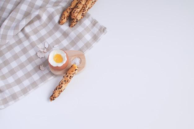 Petit déjeuner servi oeuf à la coque dans un coquetier en bois