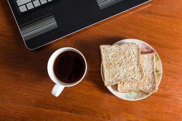 Petit déjeuner simple au bureau