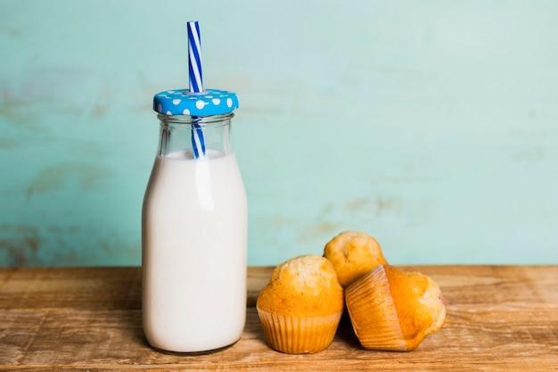 Petit déjeuner simple avec du lait et des muffins