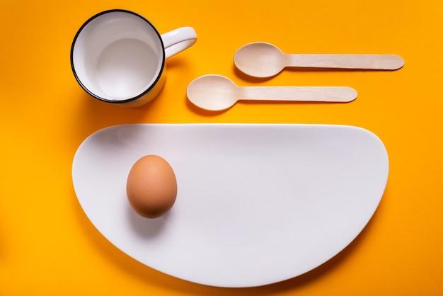 Petit-déjeuner simple, œuf à la coque sur porcelaine blanche