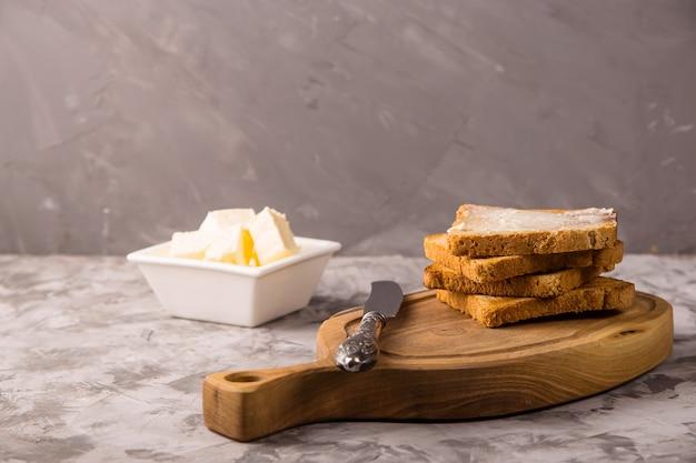 Petit déjeuner simple de produits traditionnels - toasts beurrés