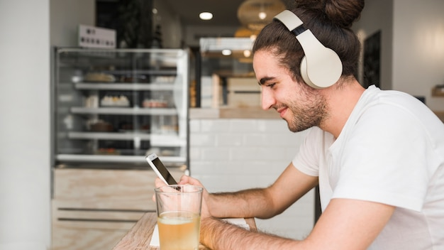 Petit déjeuner et smartphone