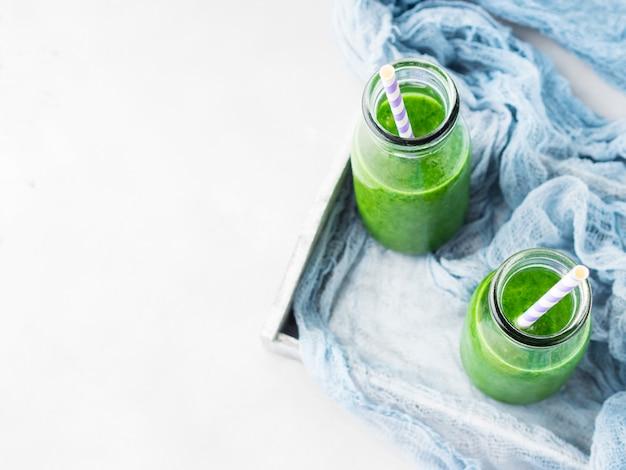 Petit-déjeuner de smoothie aux épinards verts
