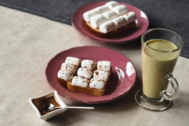 Petit-déjeuner sucré, sandwichs à la guimauve et café au lait à la menthe