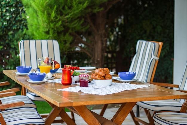 Petit déjeuner sympa pour une grande entreprisepetit déjeuner en terrasse pour une grande famillegaufres belges