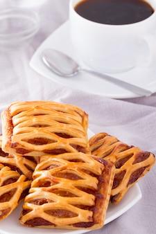 Petit déjeuner avec tarte et café