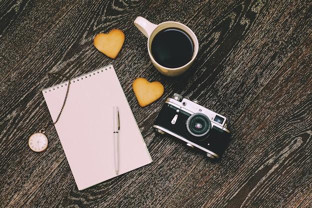 Petit-déjeuner avec une tasse de café et un biscuit au travail sur le sol