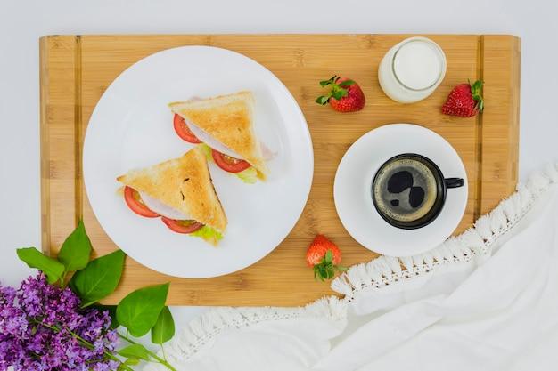 Petit déjeuner avec une tasse de café et des fruits