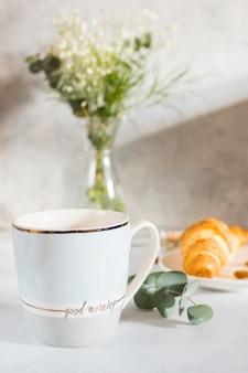 Petit déjeuner avec une tasse de café