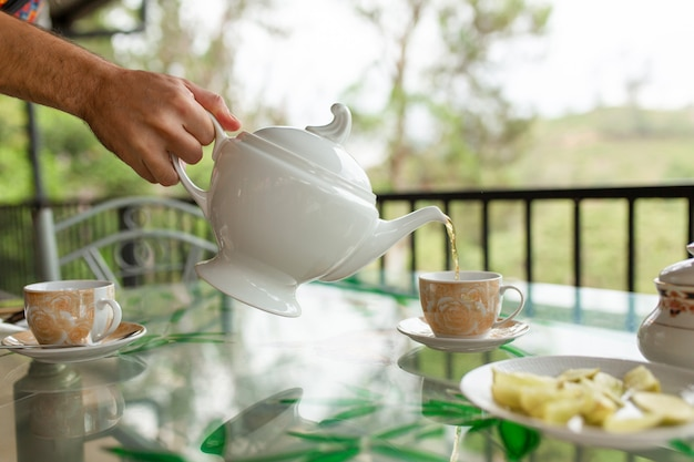 Petit déjeuner avec thé sur l'île de thé du sri lanka.