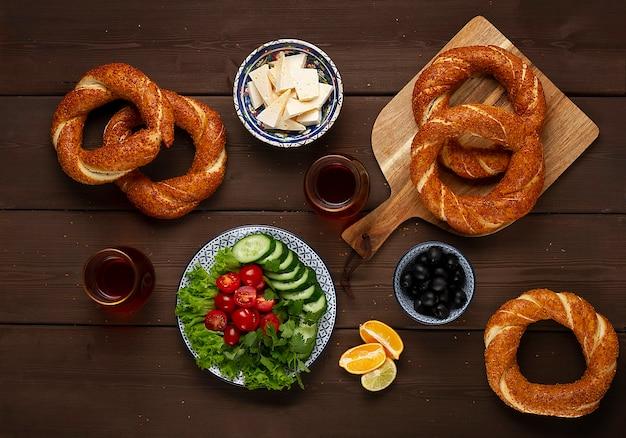 Petit-déjeuner traditionnel turc simit bagel sur une table en bois rustique