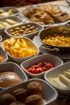 Petit déjeuner turc riche et délicieux sur la table